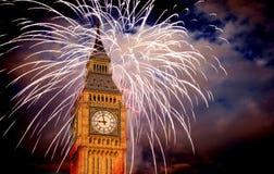 Año Nuevo en la ciudad - Big Ben con los fuegos artificiales Fotos de archivo libres de regalías