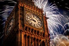 Año Nuevo en la ciudad - Big Ben con los fuegos artificiales Fotografía de archivo