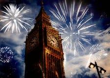 Año Nuevo en la ciudad - Big Ben con los fuegos artificiales Imágenes de archivo libres de regalías