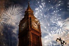 Año Nuevo en la ciudad - Big Ben con los fuegos artificiales Imagen de archivo