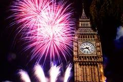 Año Nuevo en la ciudad - Big Ben con los fuegos artificiales Fotos de archivo