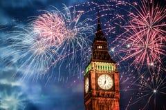 Año Nuevo en la ciudad - Big Ben con los fuegos artificiales Foto de archivo