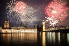 Año Nuevo en la ciudad - Big Ben con los fuegos artificiales Imagenes de archivo