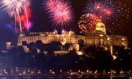 Año Nuevo en la ciudad - Budapest con los fuegos artificiales Fotografía de archivo libre de regalías