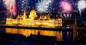 Año Nuevo en la ciudad - Budapest con los fuegos artificiales Imagen de archivo libre de regalías