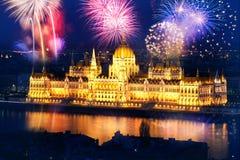 Año Nuevo en la ciudad - Budapest con los fuegos artificiales Imágenes de archivo libres de regalías