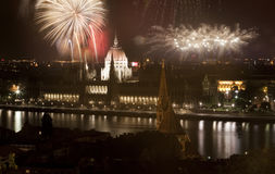 Año Nuevo en la ciudad - Budapest con los fuegos artificiales Fotos de archivo
