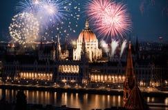 Año Nuevo en la ciudad - Budapest con los fuegos artificiales Fotos de archivo libres de regalías