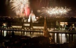 Año Nuevo en la ciudad - Budapest con los fuegos artificiales Foto de archivo