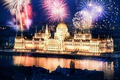 Año Nuevo en la ciudad - Budapest con los fuegos artificiales Imagen de archivo