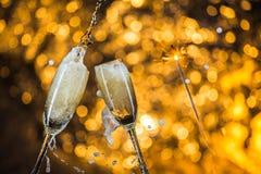 Año Nuevo en la medianoche con los vidrios del champán en fondo ligero Imágenes de archivo libres de regalías