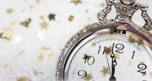 Año Nuevo en la medianoche Reloj viejo con los copos de nieve y holi de las estrellas Fotos de archivo libres de regalías