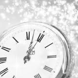 Año Nuevo en la medianoche - viejas luces del reloj y del día de fiesta Imagenes de archivo