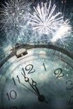 Año Nuevo en la medianoche - viejas luces del reloj y del día de fiesta Foto de archivo