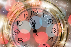 Año Nuevo en la medianoche - viejas luces del reloj y del día de fiesta Imágenes de archivo libres de regalías