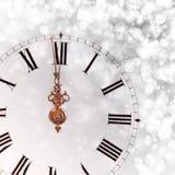 Año Nuevo en la medianoche - viejas luces del reloj y del día de fiesta Imagen de archivo libre de regalías