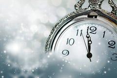 Año Nuevo en la medianoche - viejas luces del reloj y del día de fiesta Fotografía de archivo