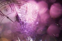 Año Nuevo en la medianoche - viejas luces del reloj y del día de fiesta Fotos de archivo libres de regalías