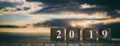 Año Nuevo 2019 en los cubos de madera, tabla de madera, fondo de la salida del sol, bandera, espacio de la copia ilustración 3D Imágenes de archivo libres de regalías