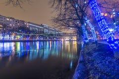 Año Nuevo en Moscú Iluminaciones festivas en el centro de ciudad Imágenes de archivo libres de regalías