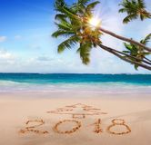 Año Nuevo 2018 escrito en la playa arenosa Fotografía de archivo