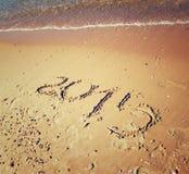 Año Nuevo 2015 escrito en la playa arenosa imagen filtrada retra Imagen de archivo libre de regalías