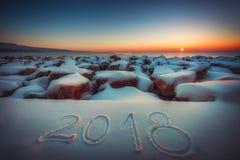 Año Nuevo 2018 Escrito 2018 en la playa de la nieve Concepto de nuevo YE Imagen de archivo libre de regalías