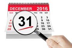 Año Nuevo Eve Concept 31 de diciembre de 2016 calendario con la lupa Foto de archivo