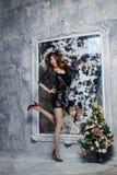 Año Nuevo, feliz muchacha con el árbol de navidad Foto de archivo libre de regalías