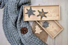 Año Nuevo, figuras de madera, decoraciones de la Navidad con los juguetes en caja Imágenes de archivo libres de regalías