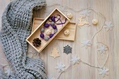 Año Nuevo, figuras de madera, decoraciones de la Navidad con los juguetes en caja y Foto de archivo