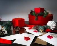 Año Nuevo Fondo de la Navidad con la vela, el árbol de abeto y las cajas de regalo sobre la madera pone letras a invitaciones Imagen de archivo libre de regalías