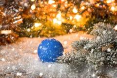 Año Nuevo, fondo de la Navidad con las decoraciones azules de la Navidad Fotos de archivo