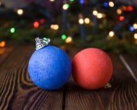 Año Nuevo, fondo de la Navidad con las decoraciones azules y rojas de la Navidad Fotos de archivo libres de regalías