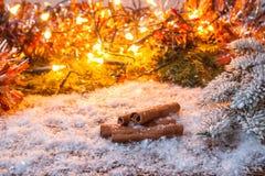Año Nuevo, fondo de la Navidad Palillos de cinamomo en la nieve Fotografía de archivo