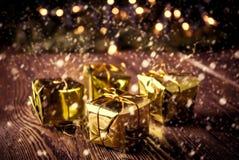 Año Nuevo, fondo del vintage de la Navidad Caja de regalos de la Navidad en la tabla de madera Fotos de archivo libres de regalías