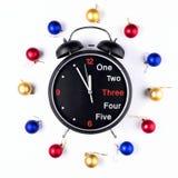 Año Nuevo, guirnalda de la Navidad de bolas coloridas con el reloj Visión superior Foto de archivo
