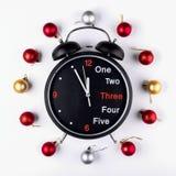 Año Nuevo, guirnalda de la Navidad de bolas coloridas con el reloj Visión superior Fotografía de archivo libre de regalías