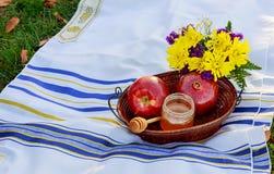 Año Nuevo judío Manzanas de Rosh Hashana, día de fiesta de las granadas de la miel Fotos de archivo