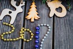 Año Nuevo 2017, juguetes de madera en fondo Foto de archivo
