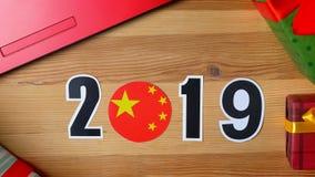 Año Nuevo, la mano masculina puso la tabla en la bandera de unión china, bola del país, 2019
