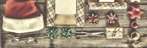 Año Nuevo, la Navidad, día de fiesta, objetos para los regalos que embalan paquetes y regalos por el Año Nuevo Fotos de archivo libres de regalías