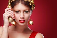 Año Nuevo, la Navidad, día de tarjetas del día de San Valentín, cumpleaños, gente y concepto de los días de fiesta - mujer sonrie Imagen de archivo