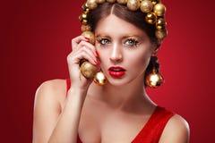 Año Nuevo, la Navidad, día de tarjetas del día de San Valentín, cumpleaños, gente y concepto de los días de fiesta - mujer sonrie Foto de archivo libre de regalías