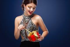 Año Nuevo, la Navidad, día de tarjetas del día de San Valentín, cumpleaños, gente y concepto de los días de fiesta - mujer sonrie Fotografía de archivo libre de regalías