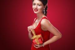 Año Nuevo, la Navidad, día de tarjetas del día de San Valentín, cumpleaños, gente y concepto de los días de fiesta - mujer sonrie Fotografía de archivo