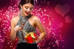 Año Nuevo, la Navidad, día de tarjetas del día de San Valentín, cumpleaños, gente y concepto de los días de fiesta - mujer sonrie Foto de archivo