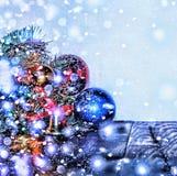 Año Nuevo, la Navidad Decoraciones de la Navidad, bolas multicoloras y regalos con un árbol de navidad en un fondo de madera con  Foto de archivo