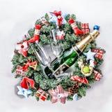 Año Nuevo, la Navidad Decoraciones de Champán, de la Navidad, bolas multicoloras y regalos con un árbol de navidad Imágenes de archivo libres de regalías