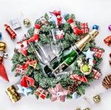 Año Nuevo, la Navidad Decoraciones de Champán, de la Navidad, bolas multicoloras y regalos con un árbol de navidad Fotografía de archivo libre de regalías